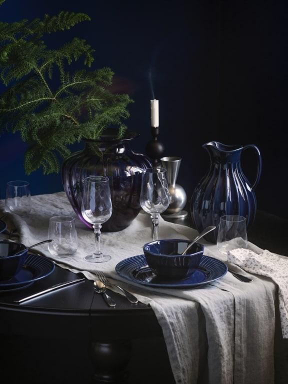 granatowe naczynia i szkło