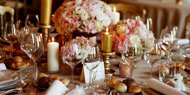 Modny golden rose w Twojej jadalni – zobacz inspiracje!