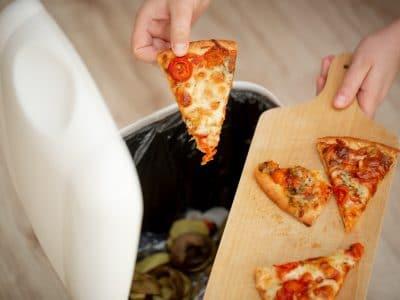 Miliony ton jedzenia w koszu. Jak koronawirus wpłynął na marnowanie żywności w domach?