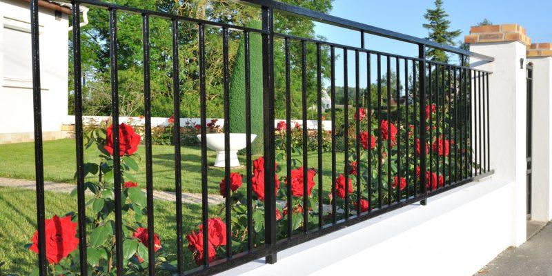 Pomysły na stylowe ogrodzenie małego domu